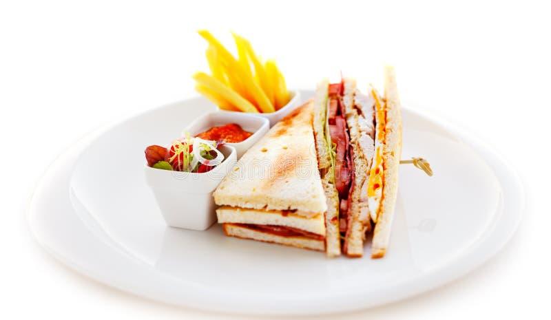 Klubbasmörgåsen med pommes frites fotografering för bildbyråer