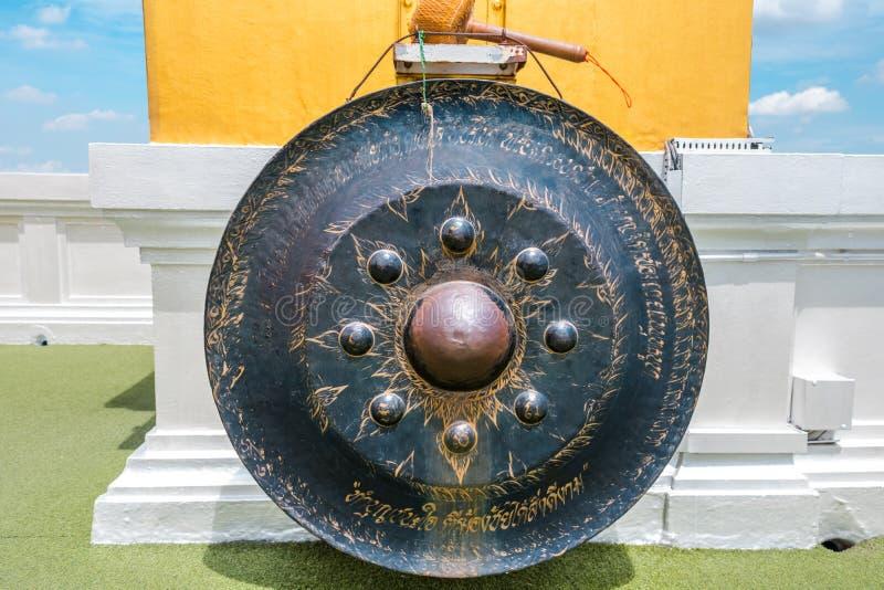 Klubbastrykgong i den guld- berg- eller Wat Saket templet royaltyfri bild
