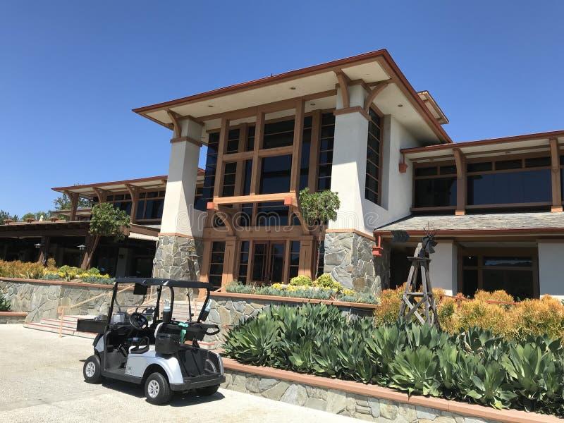 Klubhaus und Wagen am Coto de Caza Golf- und Schläger-Verein lizenzfreie stockbilder
