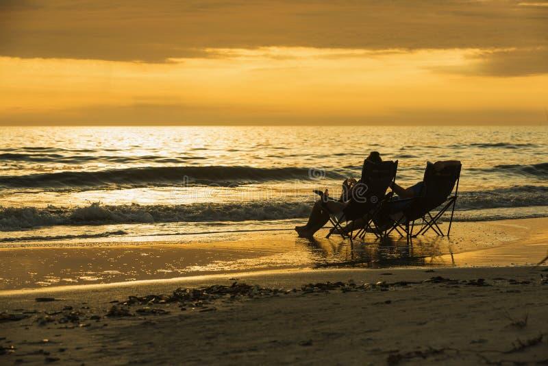Klubsessel entlang populärem Fort Myers Beach auf der Westküste von Florida stockfotografie