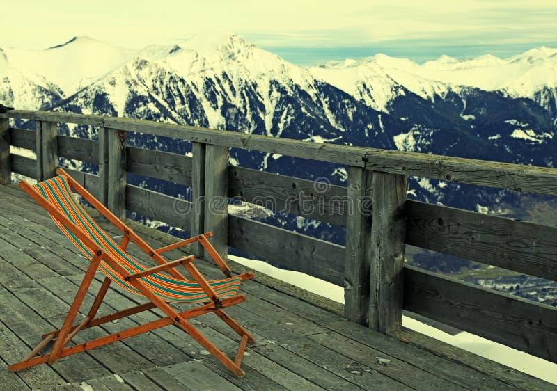 Klubsessel am Gebirgsskiort in den Alpen, Österreich stockbild