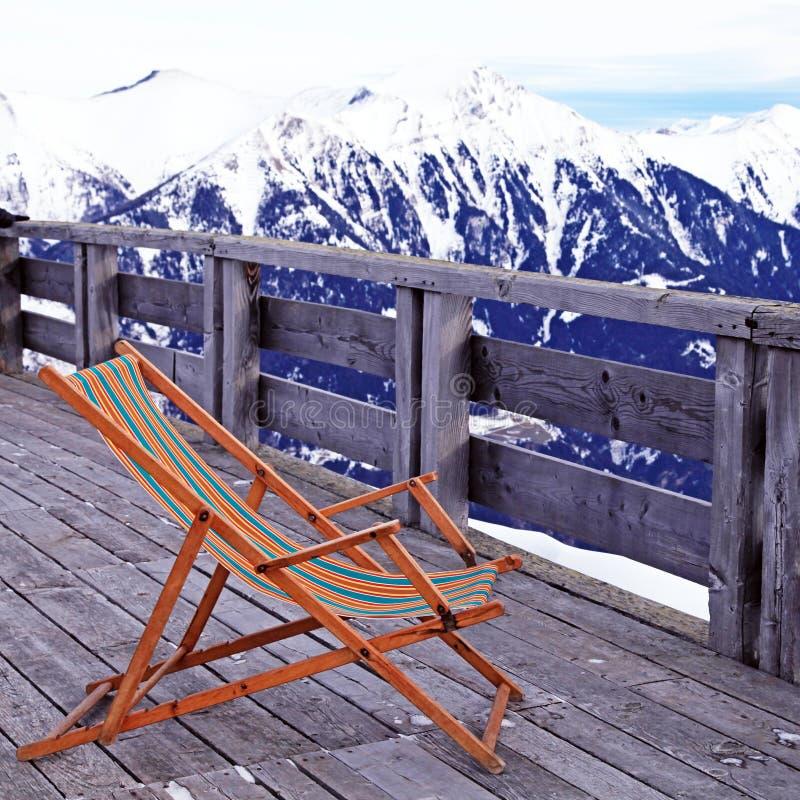 Klubsessel am Gebirgsskiort in den Alpen, Österreich lizenzfreies stockfoto