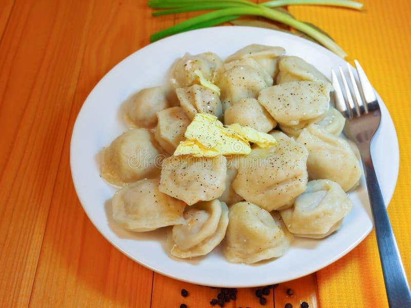 kluch posiłku mięsna krajowa pelmeni rosjanina sałatka zdjęcia stock
