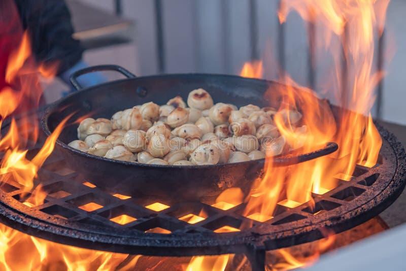 Kluchy z mięsem w niecce na otwartym grillu obrazy royalty free