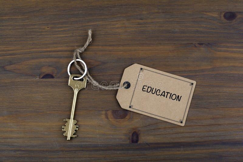 Klucz i notatka na drewnianym stole z tekstem - edukacja obraz royalty free
