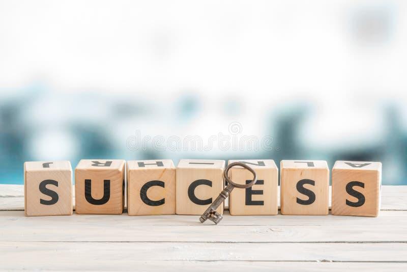 Klucz sukces na stole obrazy royalty free