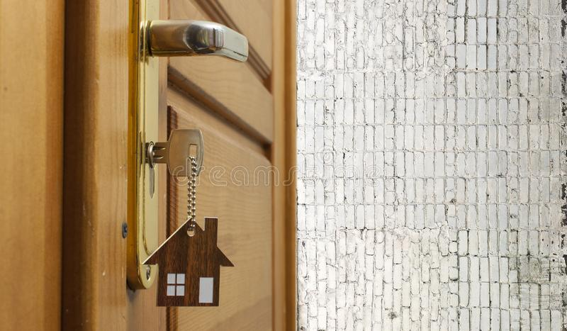 Klucz w k?dziorku z domow? ikon? na nim zdjęcia stock