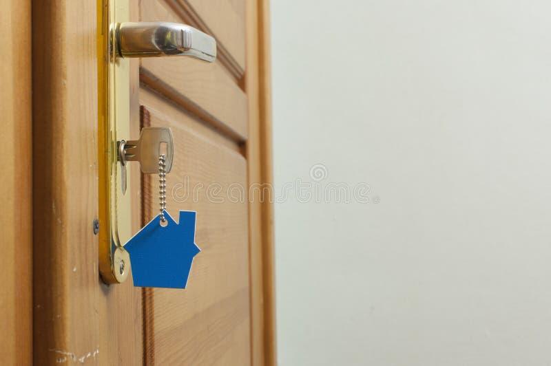 Klucz w k?dziorku z domow? ikon? na nim zdjęcia royalty free