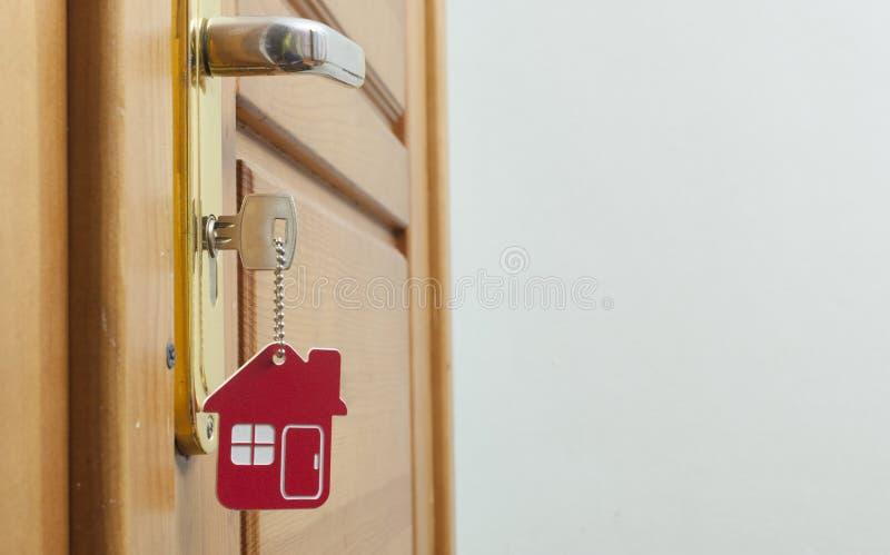 Klucz w k?dziorku z domow? ikon? na nim obrazy stock
