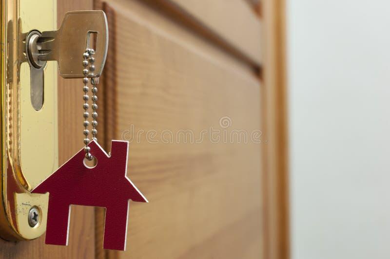 Klucz w k?dziorku z domow? ikon? na nim zdjęcie stock