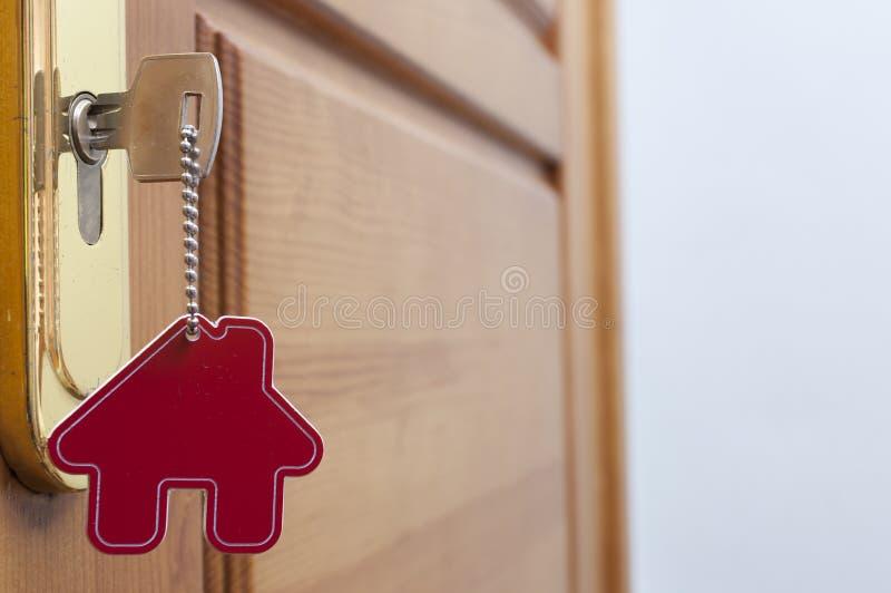 Klucz w k?dziorku z domow? ikon? na nim obraz royalty free