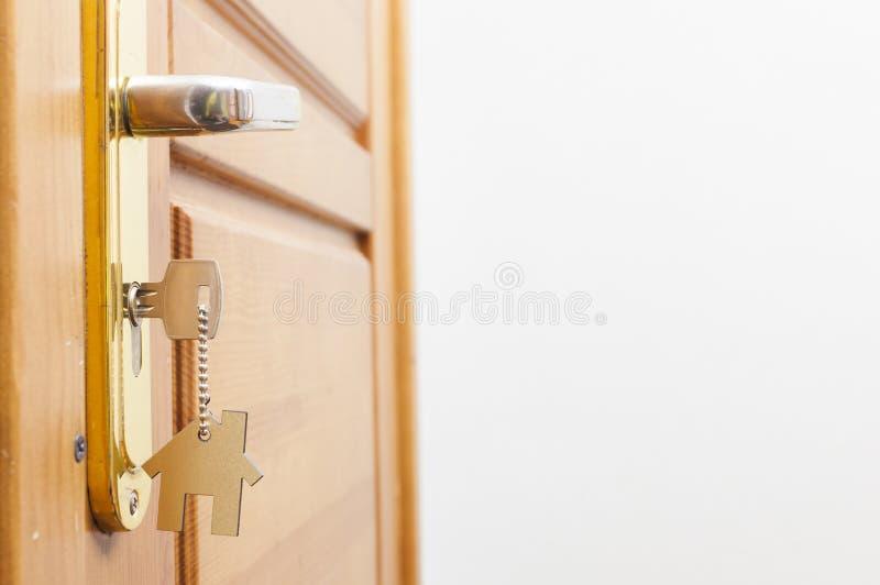 Klucz w k?dziorku z domow? ikon? na nim fotografia royalty free