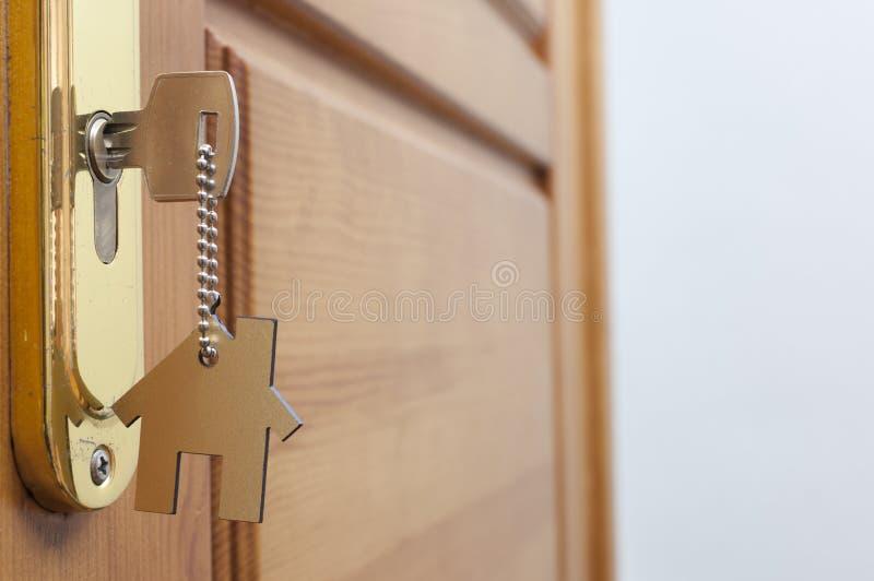 Klucz w k?dziorku z domow? ikon? na nim obraz stock