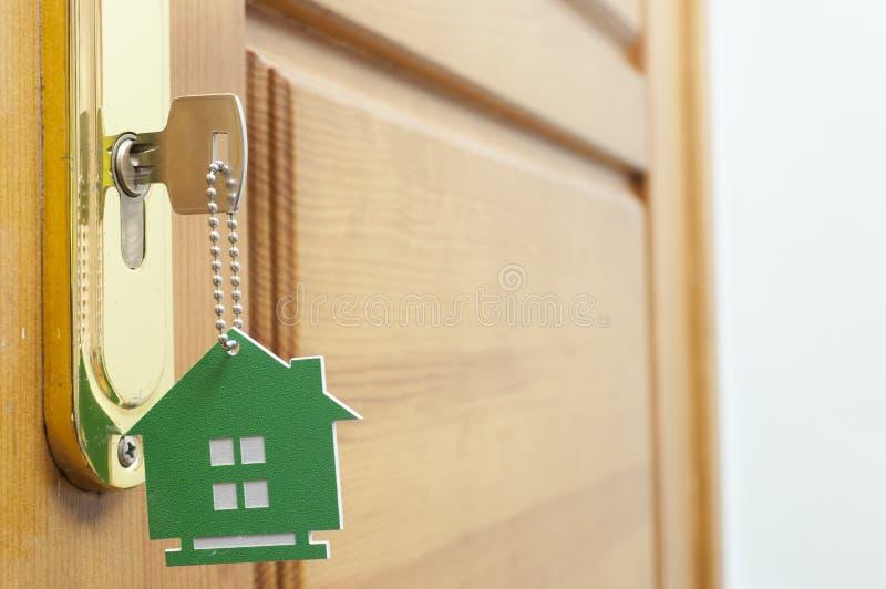 Klucz w k?dziorku z domow? ikon? na nim fotografia stock