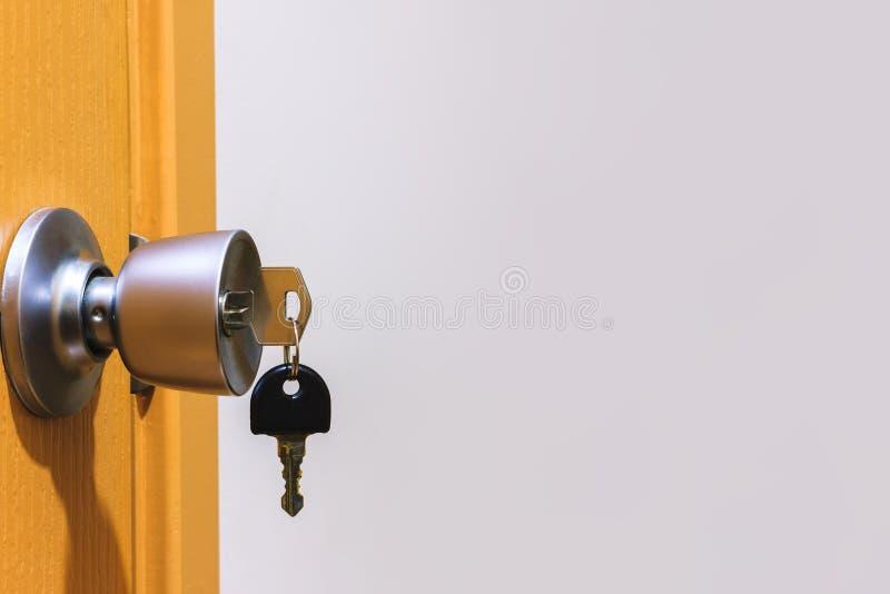 Klucz w keyhole na drzwi obrazy stock
