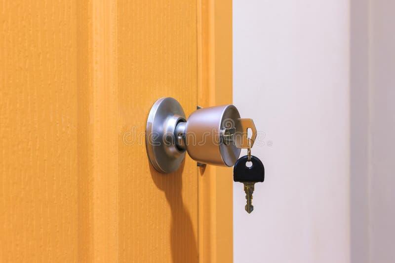 Klucz w keyhole na drzwi fotografia stock