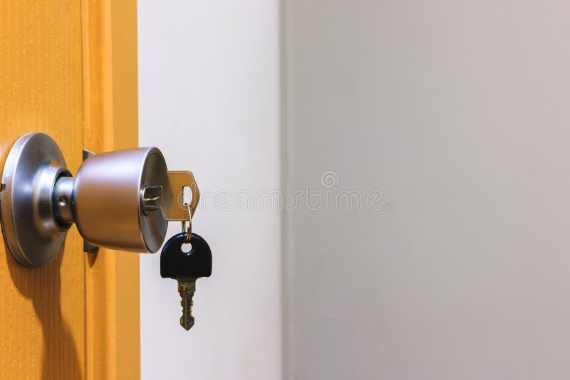 Klucz w keyhole na drzwi zdjęcia royalty free