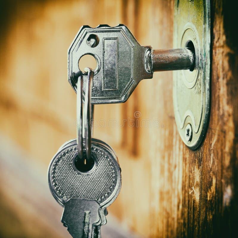 Klucz wkładający w kluczowej dziurze zdjęcia royalty free