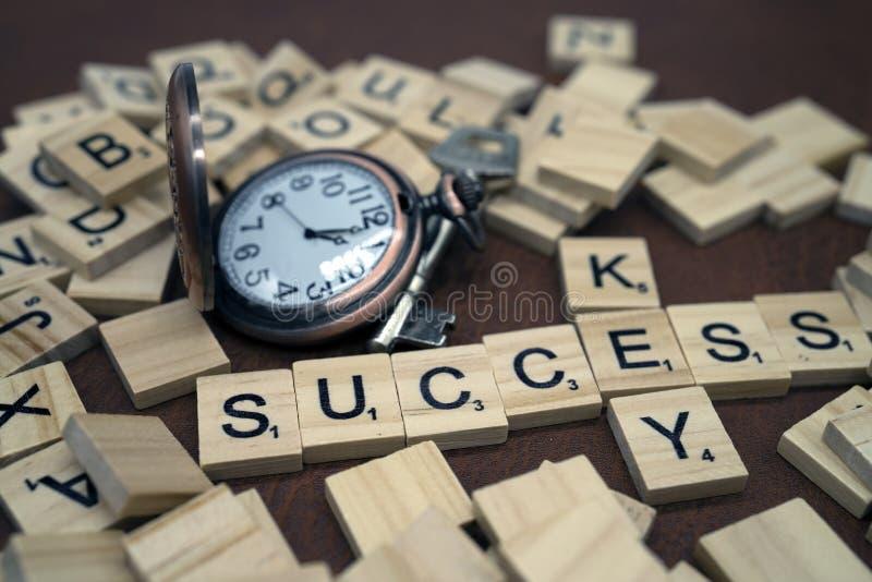 Klucza i sukcesu słowa drewna pudełka listy i mały zegar z metalem wpisują biznesowego pojęcie zdjęcia royalty free
