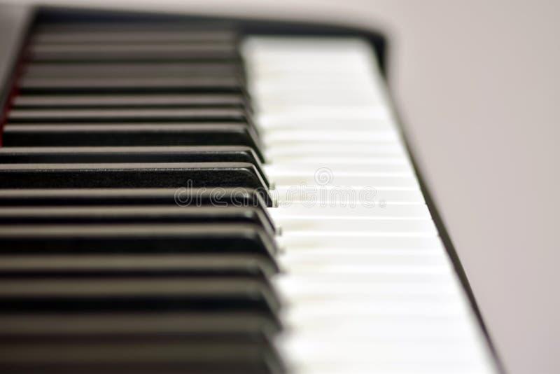 Klucze cyfrowy pianino, mi?kki ogniskowanie, kreatywnie nastr?j osoby improwizacja i tw?rczo??, zdjęcie royalty free