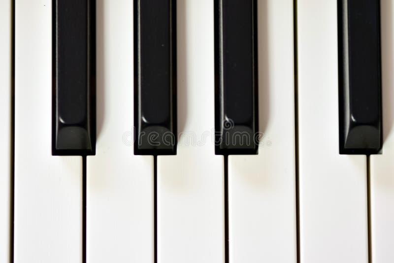 Klucze cyfrowy pianino, mi?kki ogniskowanie, kreatywnie nastr?j osoby improwizacja i tw?rczo??, obrazy royalty free