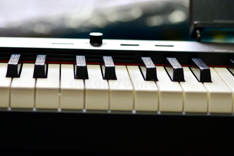 Klucze cyfrowy pianino, mi?kki ogniskowanie, kreatywnie nastr?j osoby improwizacja i tw?rczo??, zdjęcie stock