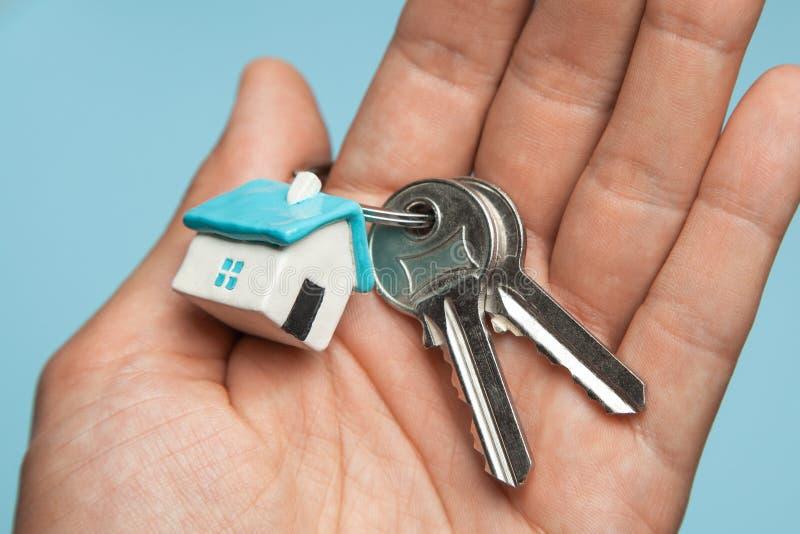 Klucze i kluczowego pierścionku dom na ręce Pojęcie kupować dom, dzierżawi zdjęcia royalty free