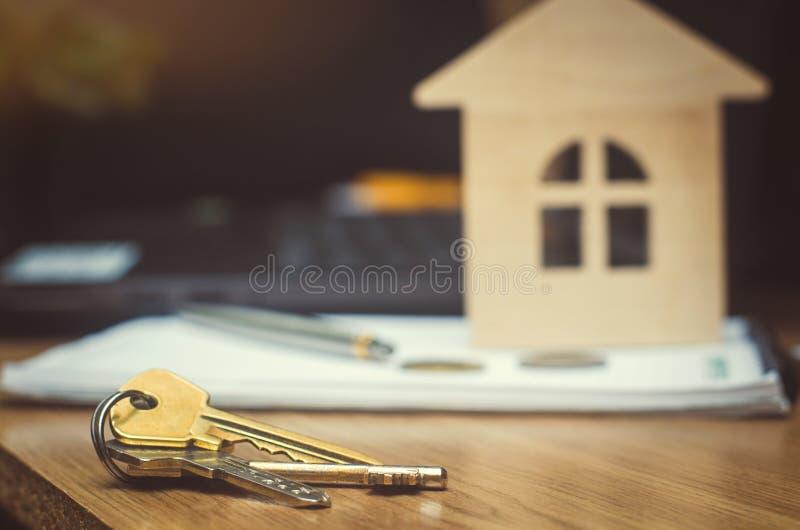 Klucze i model dom nieruchomość kupuje mieszkanie fotografia stock
