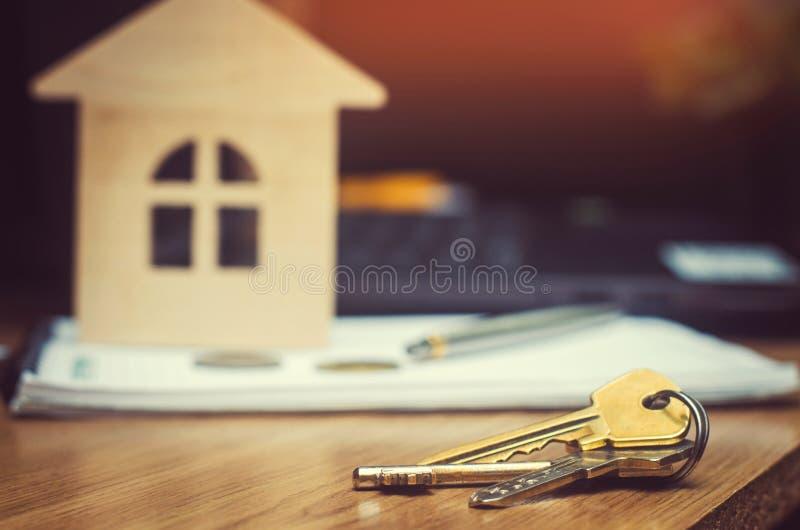 Klucze i model dom nieruchomość kupuje mieszkanie hipoteka mieszkanie dla sprzedaży, wkład fotografia royalty free