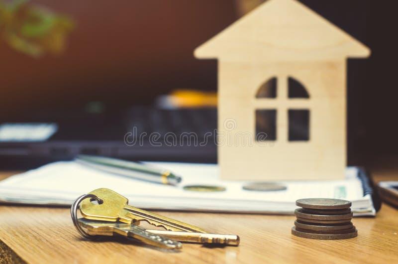 Klucze, monety i model dom, nieruchomość kupuje apartm obraz stock
