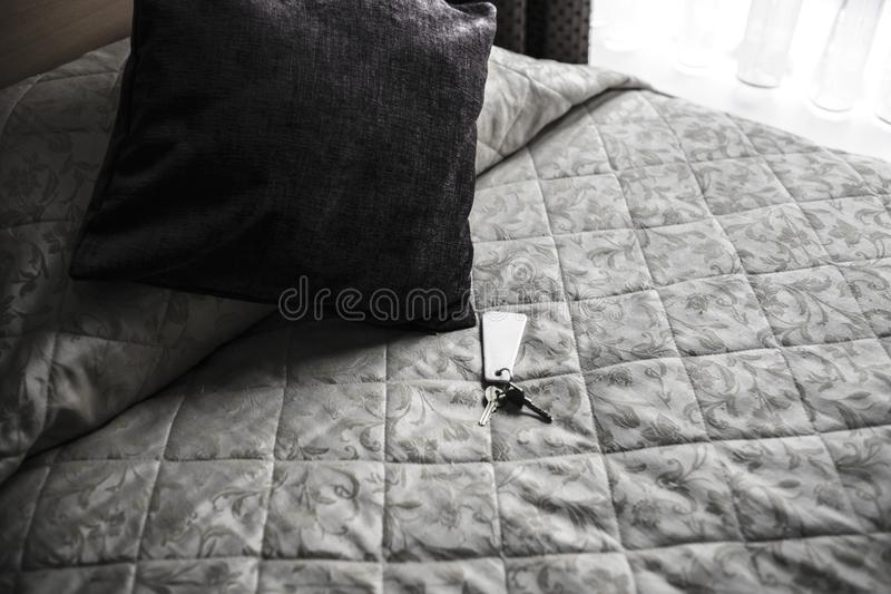 Klucze na hotelowym łóżku zdjęcia royalty free