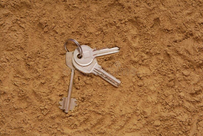 Klucze są na piasku obrazy stock