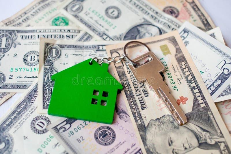 Klucze z keychain w domu na tle 100 dolarów fotografia stock