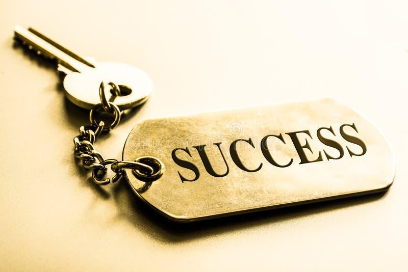 kluczem sukcesu pojęcia prowadzenia domu posiadanie klucza złoty sięgający niebo obraz royalty free