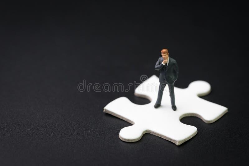 Kluczowa osoba, akcydensowa pozycja rozwiązywać problem dla biznesowego sukcesu s obrazy royalty free