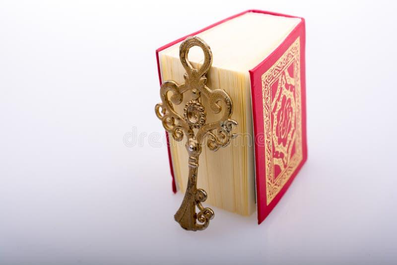 Kluczowy i Islamski ?wi?ta ksi?ga koran w mini rozmiarze obraz stock