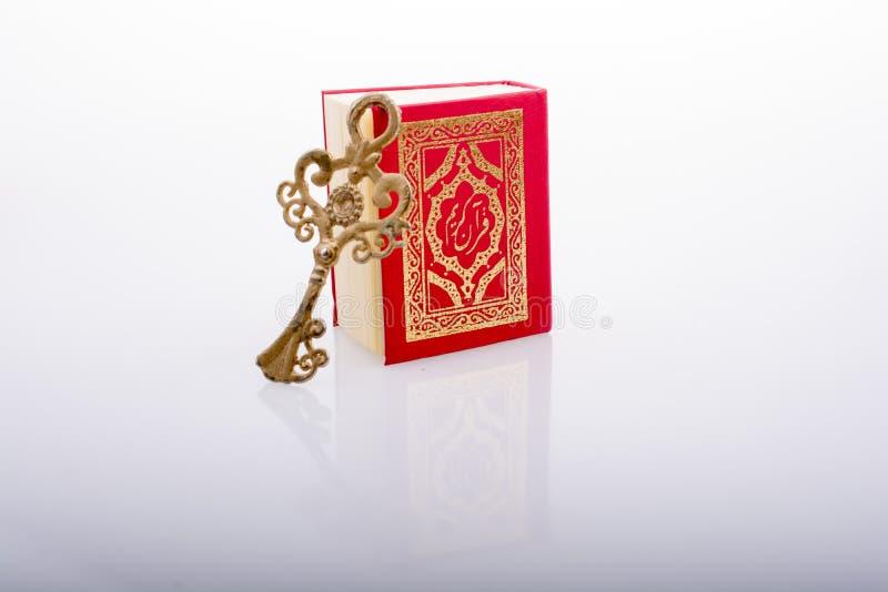 Kluczowy i Islamski ?wi?ta ksi?ga koran w mini rozmiarze obrazy royalty free