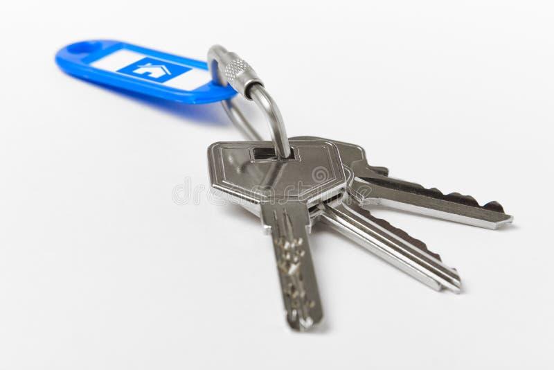 Kluczowy pierścionek z kluczami nad białym tłem dom fotografia stock