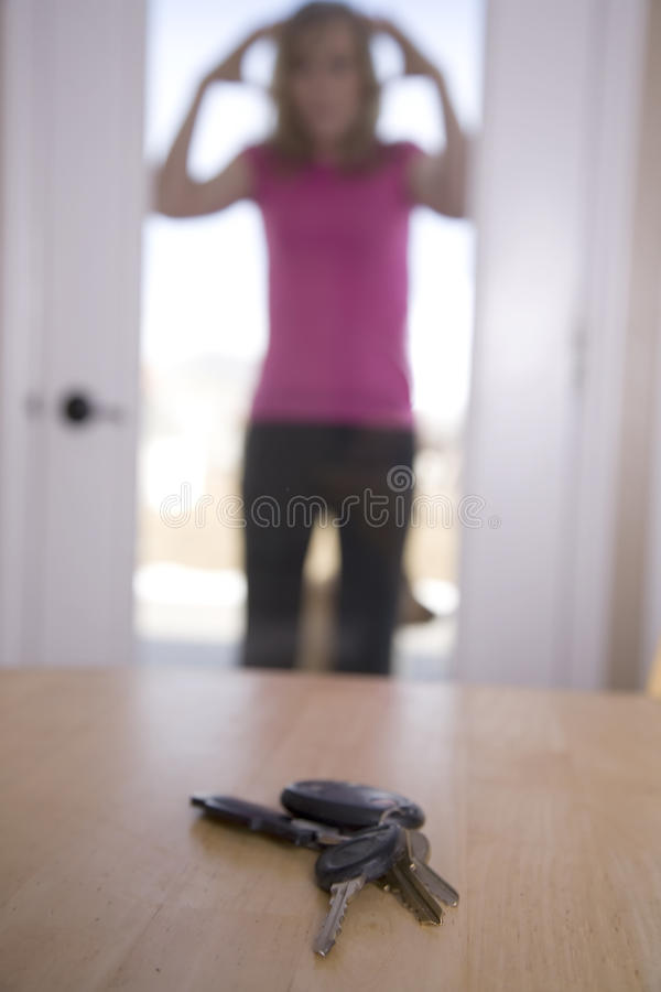 kluczy lookin stołu kobieta zdjęcie stock