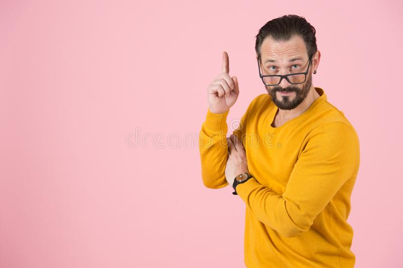 Kluge bärtige Mannanmerkungen eigenhändig oben Kluger Mann bittet um Aufmerksamkeit zu oben Professor machte wichtige Schlussfolg stockfoto