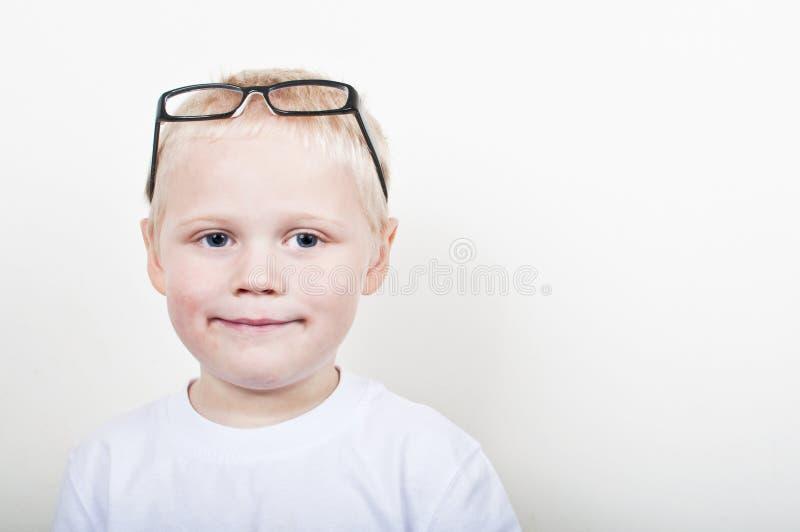 Kluger kleiner Junge stockbilder