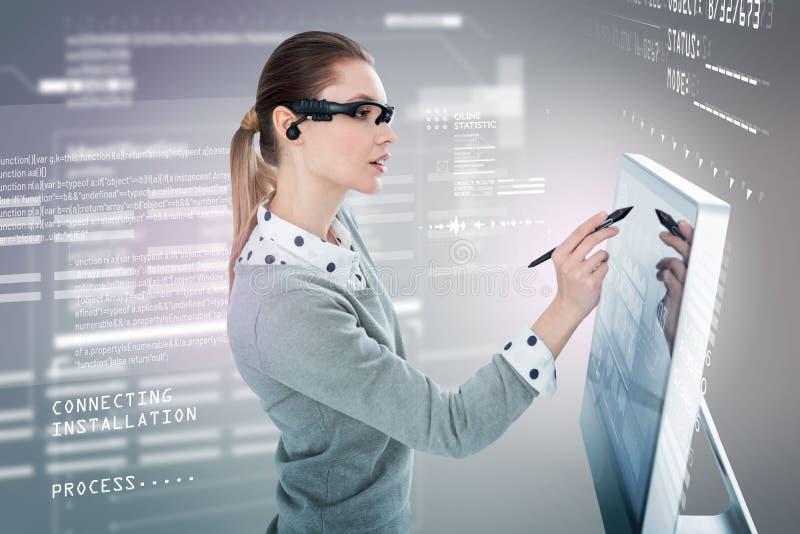 Kluger Programmierer, der einen Griffel beim Arbeiten in den Gläsern der virtuellen Realität hält stockfotos