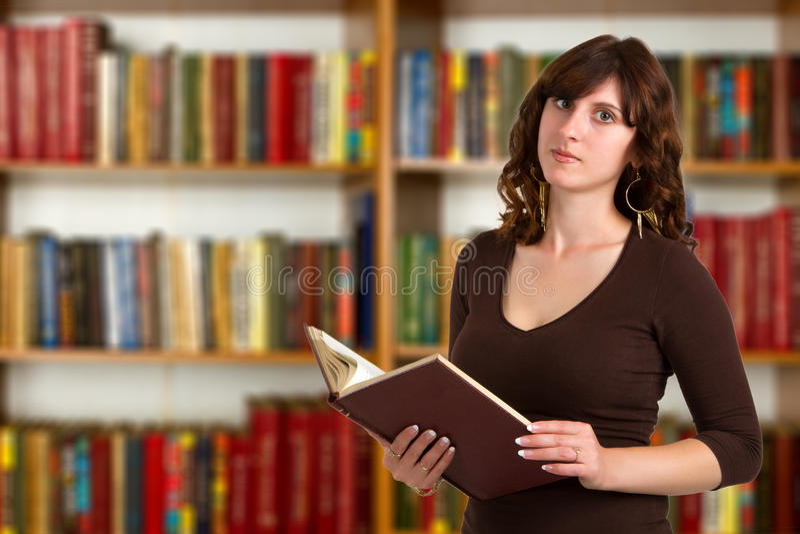 Kluger Student mit Buch lizenzfreies stockbild