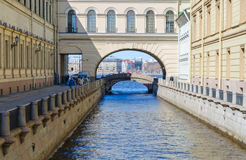 Kluisbrug over de groef van de kanaalwinter, St. Petersburg, Rusland stock foto's