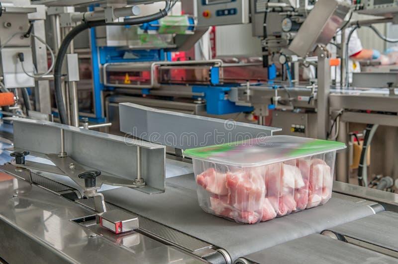 Klumpa sig av kött i en behållare arkivbild