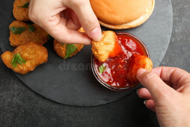 Klumpar i chilisås och ostburgare arkivfoton