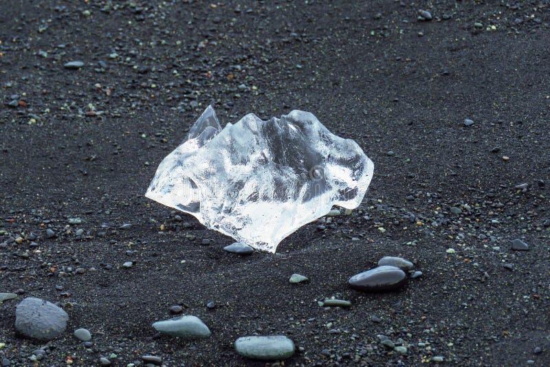 Klumpen des Eises auf schwarzem Diamond Beach an der Jökulsárlón-Gletscherlagune, Jokulsarlon, Island stockbild