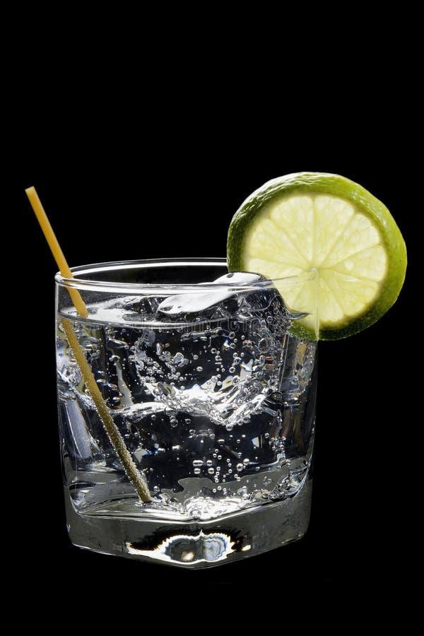 Klumpen-Soda oder Gin-/Wodka-Stärkungsmittel auf einem schwarzen Hintergrund stockfotografie