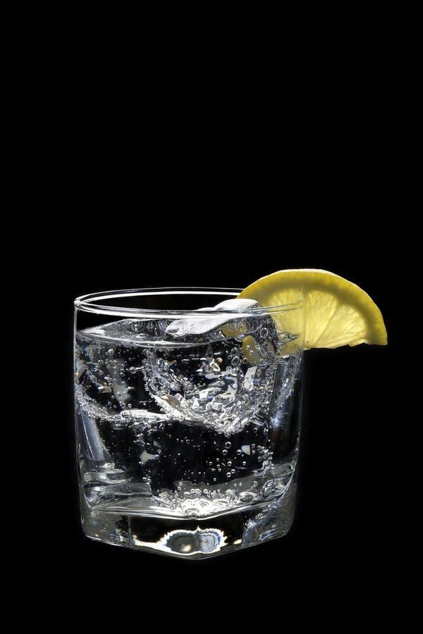Klumpen-Soda oder Gin-/Wodka-tonisches Cocktail auf einem Schwarzen stockfotografie