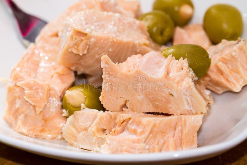 Klumpen-weißer Thunfisch und Oliven stockfoto